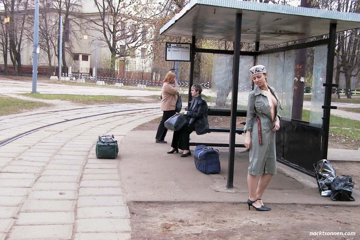 Nackte Frau in der Straßenbahn - FKK Bilder und Fotos