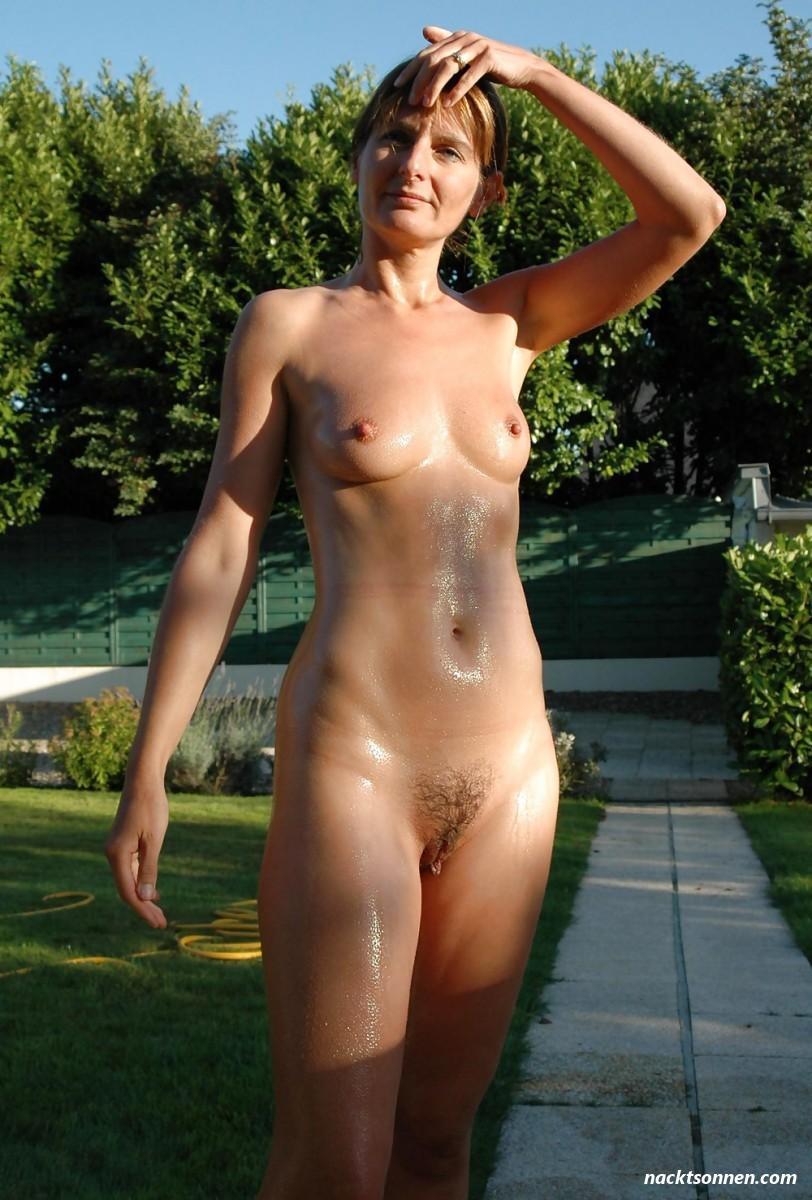 Meine Frau Nackt Im Garten