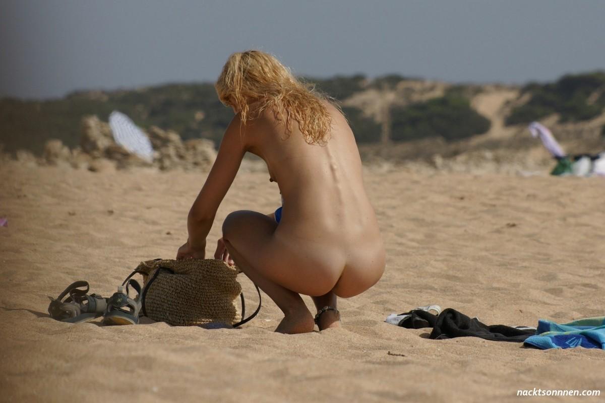 Strand am blonde nackt frau Fremde Frau