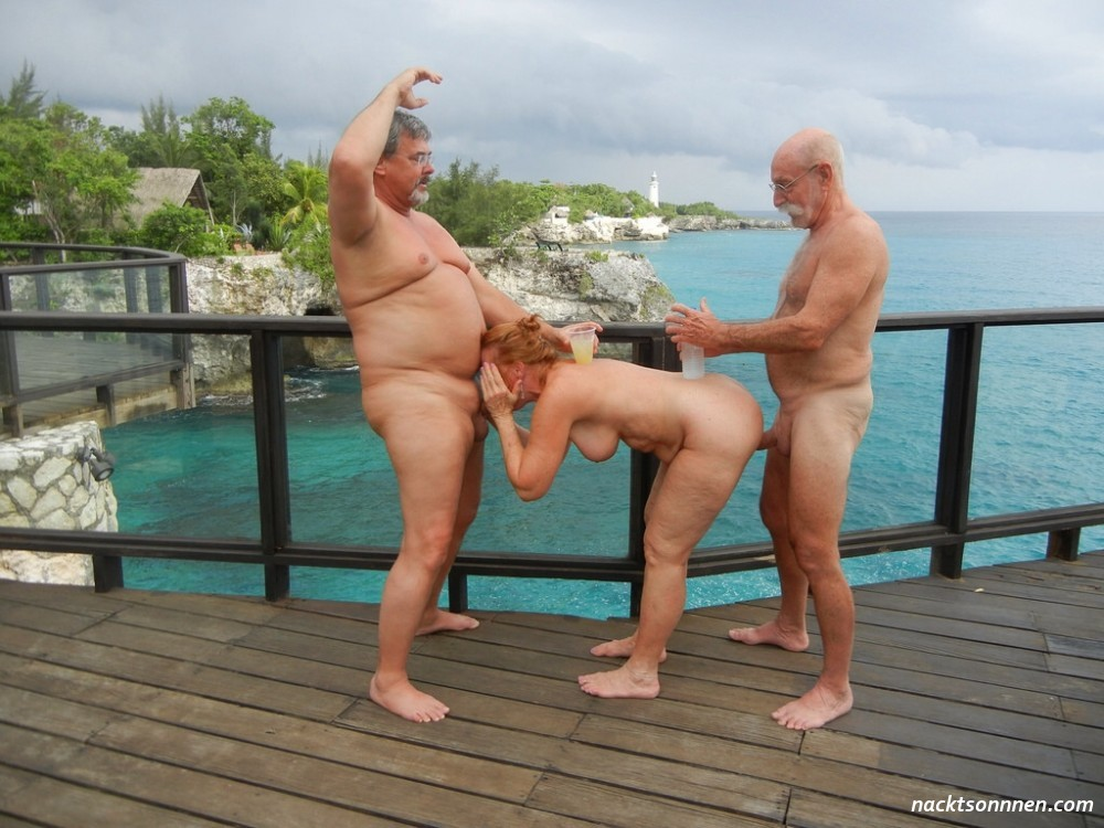 Kinky Sau nackt am Strand beim FKK Outdoor Sex