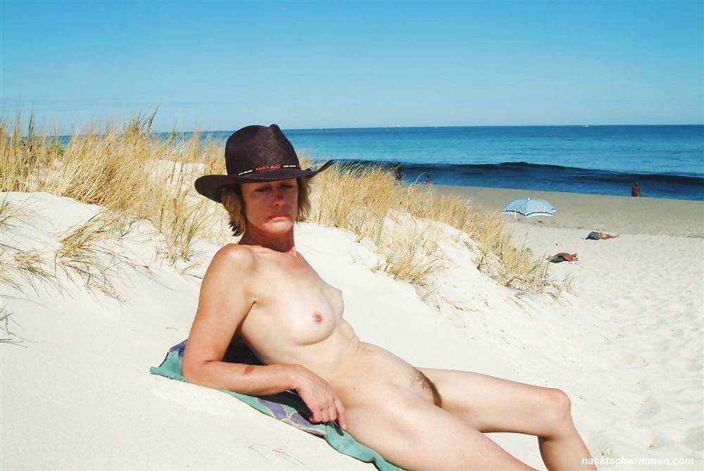 Strand am milf nackt Milfs Nackt